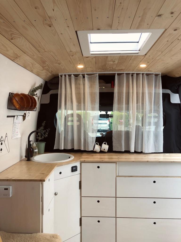 Camper-Van-Ausbau mit skandinavischem Design.